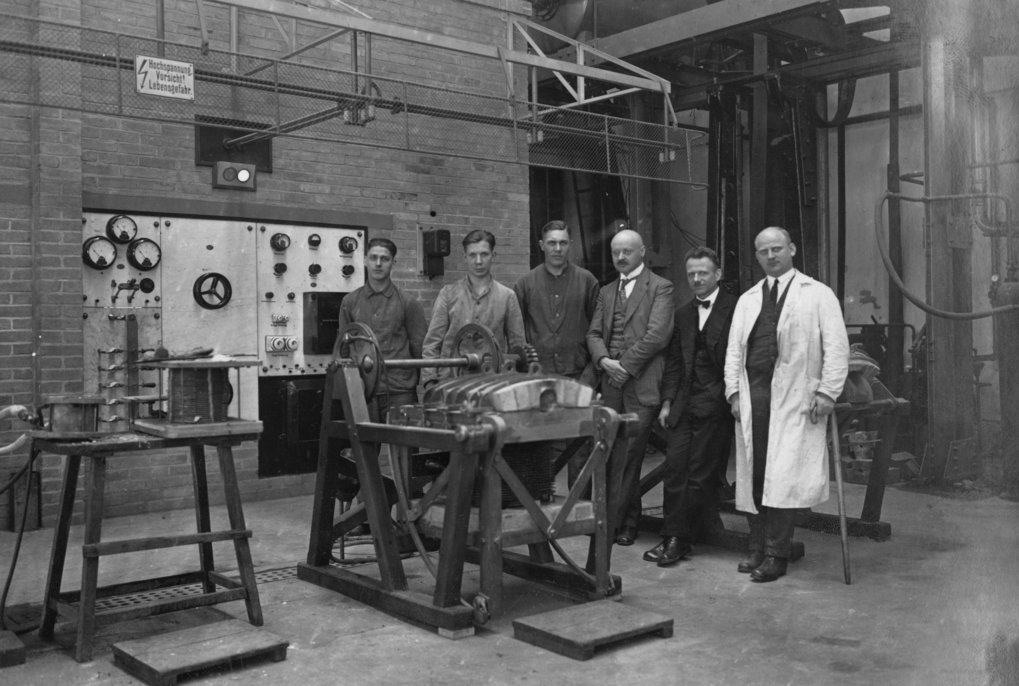 KWIE employees in front of a technical installation. Among them Franz Wever, (2nd from right) director of the institute from 1944 onwards.