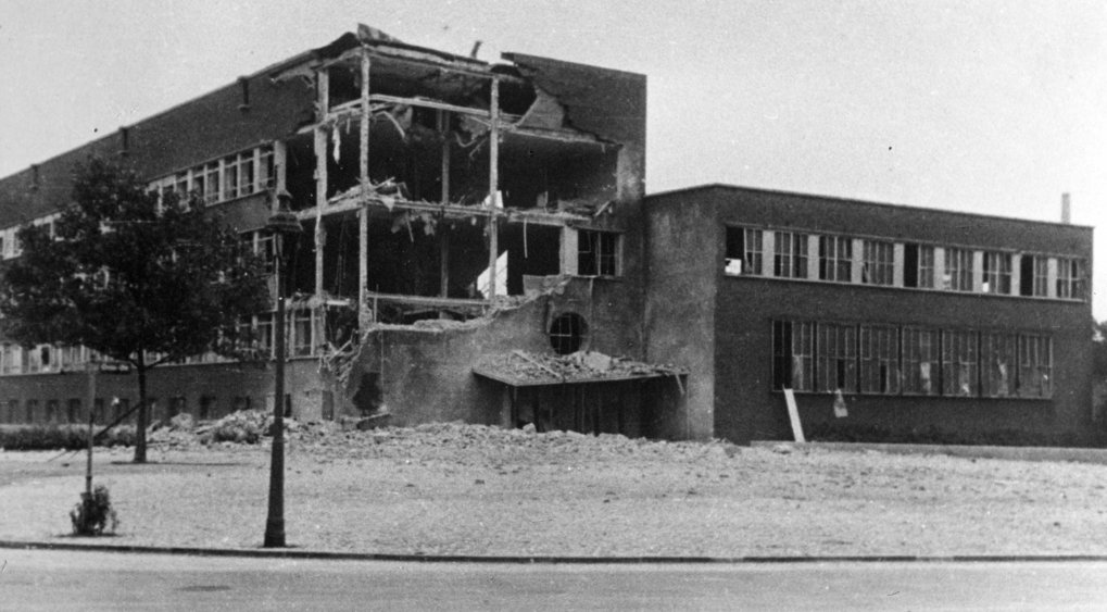 After the big air raid in 1943: Due to the considerable bomb damage, as seen here on the main building, the major part of the institute was evacuated to the mining academy at Clausthal.