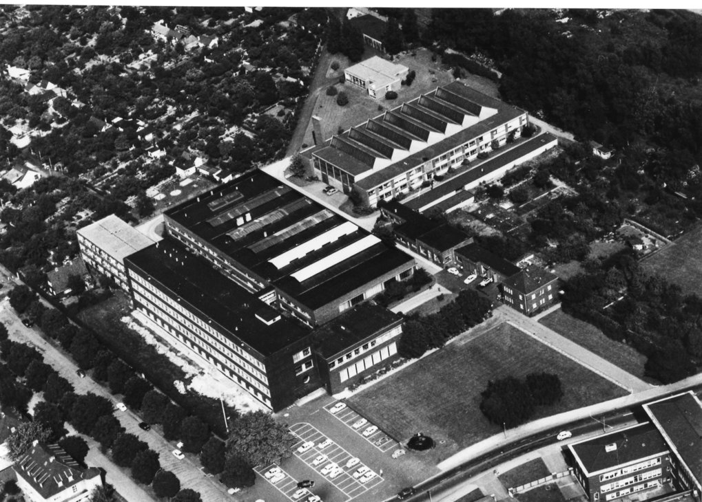 An aerial view of the MPIE, around 1965. Pictured on the right next to the old hall is the new hall construction built in 1957/1958, and behind the main building is the laboratory wing completed in 1964.