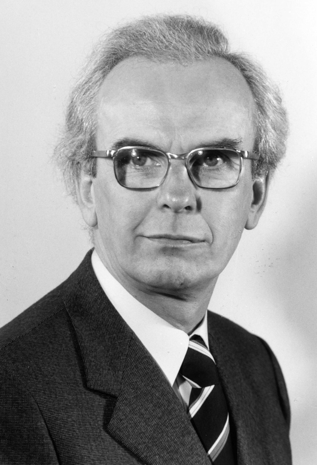 Under Hans-Jürgen Engell, director of the institute since 1971, the MPIE changed its legal form to a GmbH (limited liability company) and its focus moved to the basics of metallurgical process technology and the material science of steels