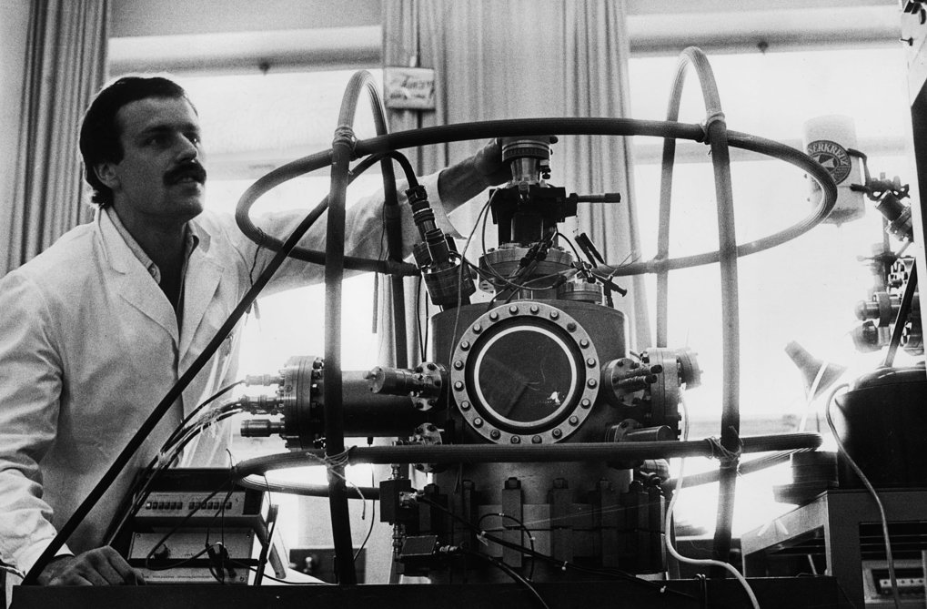 Interface research at the MPIE: An employee at the ultra-high vacuum apparatus for measuring the oxygen enrichment on iron crystal surfaces, 1978.