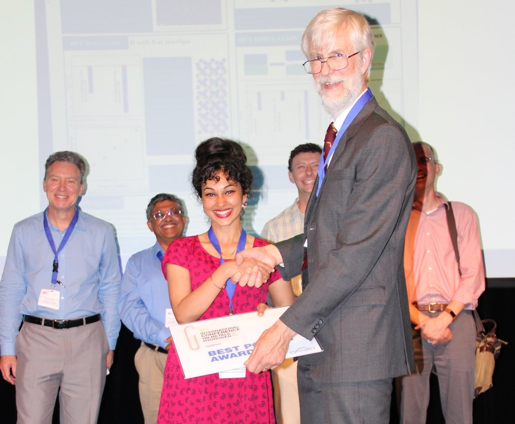 Richard Pargeter, European welding engineer and fellow of the Welding Institute in England, handed over the Best Poster Award to Dr. Poulumi Dey, postdoctoral student at the Max-Planck-Institut für Eisenforschung.