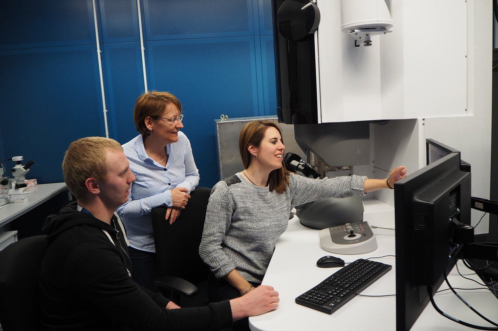Christina Scheu and Alba Garzón Manjón (from left) from the Max-Planck-Institut für Eisenforschung together with their colleague Michael Meischein from the Ruhr-Universität Bochum discussing results gained by transmission electron microscopy.