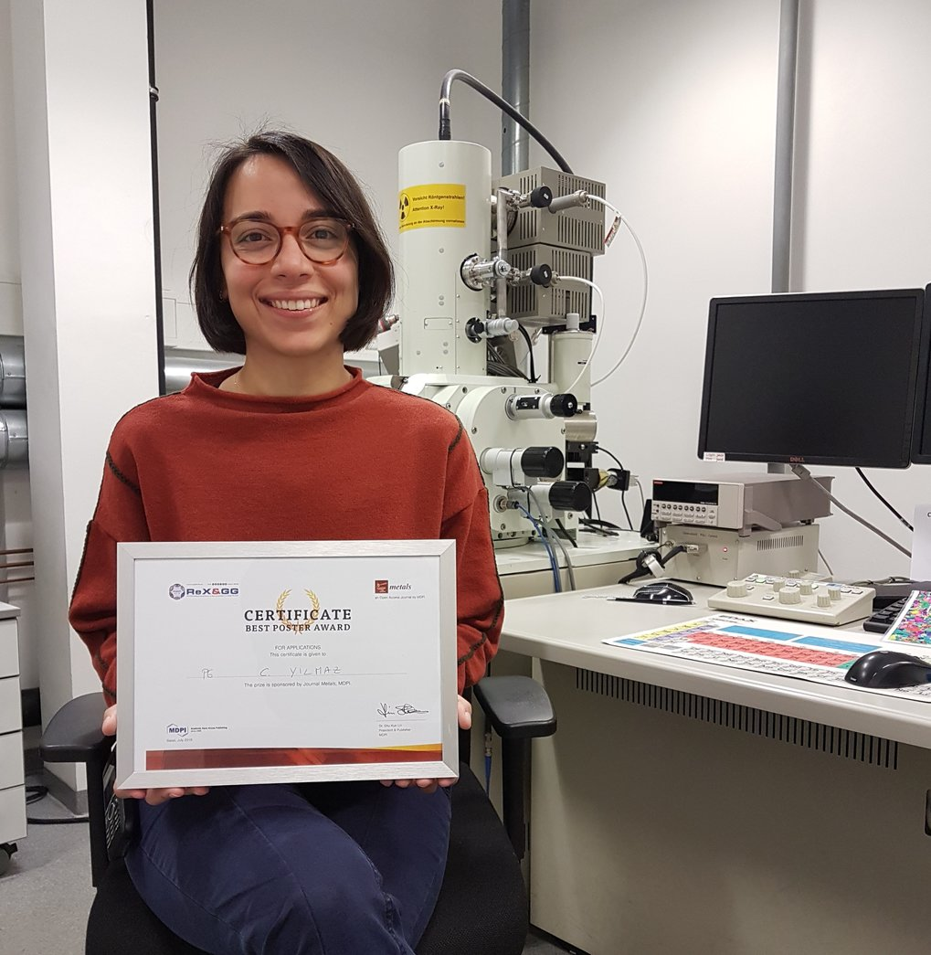 "Ceren Yilmaz, PhD student in the group ""Microscopy and Diffraction"", has won the Best Poster Award at the REX&GG."